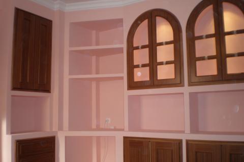 mueble de baldas de escayola con frentes de madera y vitrina acristalada con halgenos - Muebles De Escayola